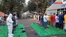 Pasien Covid-19 dan Tenaga Medis Ikuti Salat Idul Fitri 1442 H di RSL Indrapura Surabaya