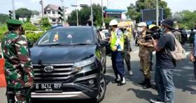 Tak Terima Diputar Balik, Pengendara Plat B Adu Mulut dengan Petugas di Gadog