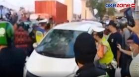 Viral! Mobil Curian Tabrak 8 Orang dan Dihancurkan Massa di Jaktim
