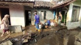 Pasca Tanggul Jebol, Warga Bersihkan Rumah dari Lumpur