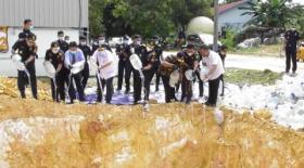 Ribuan Botol Air Zam-Zam Dimusnahkan Bea Cukai Batam