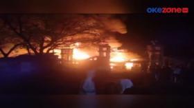 Pedagang Pasar Leles Garut Pungut Barang Dagangan Sisa Kebakaran