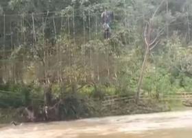 Jembatan Rusak, Warga Nekat Melintasi Sungai Berarus Deras