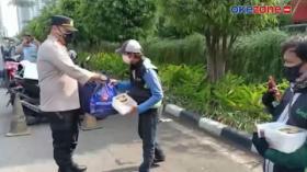 Dikira Akan Dirazia, Driver Ojol Kaget Dapat Nasi dan Sembako dari Polisi