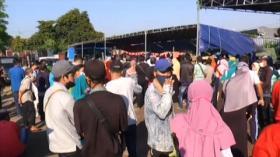 Timbulkan Kerumunan, Ratusan Warga di Surabaya Antre Bansos