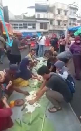 Viral Video Puluhan Orang Makan di Tengah Jalan Tasikmalaya saat Penerapan PPKM Level 4