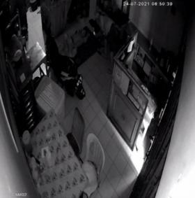 Curi Tiga Ponsel dan Satu Dompet, Aksi di Rumah Makan Terekam CCTV