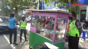 Cegah Kerumunan, Petugas Polres Pacitan Borong Dagangan PKL