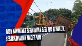 Truk Kontainer Bermuatan Besi Tua Terbalik, Sebabkan Jalan Macet 7 Km