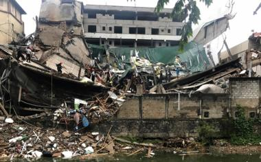 Sejumlah petugas berada di lokasi bangunan yang ambruk di Kolombo, Sri Lanka, Kamis (18/5/2017). (REUTERS/Dinuka Liyanawatte)