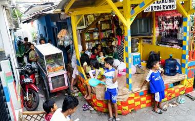 Sejumlah anak membaca buku di Pos Kamling RT 06, Lio Genteng, Bandung, Jawa Barat, Kamis (18/5/2017). Warga RT 06 Lio Genteng menjadikan Pos Kamling berfungsi lain sebagai taman bacaan untuk menumbuhkan minat membaca anak-anak.