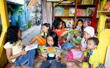 Sejumlah anak membaca buku di Pos Kamling RT 06, Lio Genteng, Bandung, Jawa Barat, Kamis (18/5/2017). Warga RT 06 Lio Genteng menjadikan Pos Kamling berfungsi lain sebagai taman bacaan untuk menumbuhkan minat membaca anak-anak. A