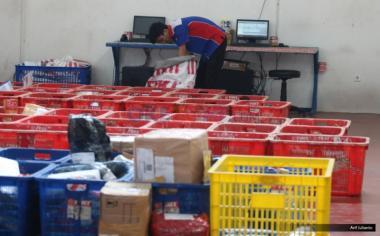 """Pekerja memilah paket barang sesuai daerah yang akan dikirim melalui udara di gudang logistik TIKI kawasan Bandara Soekarno-Hatta, Tangerang, Banten, Kamis (18/5/2017). Menurut asosiasi pelaku jasa kurir dan logistik, pengiriman logistik di musim Ramadan dan Lebaran 2017 akan mengalami peningkatan hingga lima puluh persen dibanding tahun sebelumnya, seiring meningkatnya transaksi belanja """"online"""" atau """"e-commerce."""""""