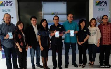Direktur Utama PT MNC Asset Management Ferry Konjongian (tengah) bersama direksi PT Asset Management saat peluncuran MNC DUIT di lobby MNC Financial Center, Jakarta, Jumat (19/5/2017). Reksa dana online MNC DUIT hadir untuk menjadi solusi bagi keinginan masyarakat berinvestasi di era digital dengan kemudahan serta keamanan fitur-fitur yang diberikan. Fasilitas tersebut dapat diakses melalui www.mncduit.co.id atau juga dapat diunduh melalui perangkat Android di Google Play Store.