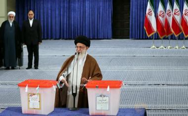 Pemimpin tertinggi Iran, Ayatollah Ali Khamenei memberikan pidatonya saat menyalurkan hak suaranya pada Pemilihan Presiden Iran di Teheran, Iran, Jumat (19/5/2017). (Leader.ir/Handout via REUTERS)