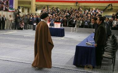 Pemimpin tertinggi Iran, Ayatollah Ali Khamenei menghampiri petugas saat menyalurkan hak suaranya pada Pemilihan Presiden Iran di Teheran, Iran, Jumat (19/5/2017). (Leader.ir/Handout via REUTERS)