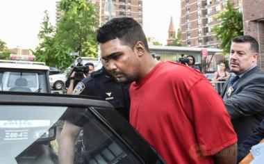 Polisi mengawal seorang pria bernama Richard Rojas terkait mobil berkecepatan tinggi yang menabrak pejalan kaki di kawasan Times Square, New York, Amerika Serikat, Kamis (18/5/2017). Pria ini merupakan pelaku yang menabraknya mobilnya ke pejalan kaki, di mana dalam insiden tersebut satu orang tewas dan 22 lainnya terluka. (REUTERS/Stephanie Keith)