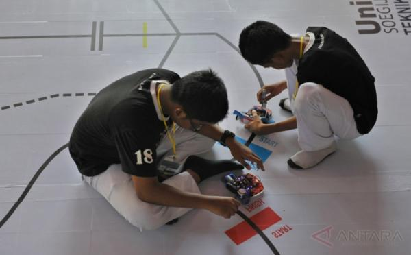 "Dua peserta bersiap menjalankan robot ""line follower"", pada lomba robot ""Robovaganza 2017"" di Kampus Universitas Katolik (Unika) Soegijapranata, Semarang, Jawa Tengah, Kamis (18/5/2017). Lomba yang diikuti peserta dari pelajar tingkat SMP, SMA/SMK Jateng-DIY dan umum tersebut bertujuan untuk menggairahkan ilmu robotika di kalangan pelajar, mahasiswa dan masyarakat."