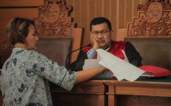 Saksi Ahli Psikolog Ratih Andjayani (kiri) memberikan dokumen kepada Hakim Tunggal Asiadi Sembiring pada sidang lanjutan Praperadilan tersangka pemberian keterangan palsu dalam sidang KTP elektronik Miryam S Haryani di Pengadilan Negeri Jakarta Selatan, Jakarta, Kamis (18/5/2017). Persidangan tersebut beragendakan mendengarkan keterangan saksi ahli dari pihak termohon yaitu KPK.