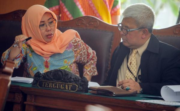 Kepala Biro Hukum Komisi Pemberantasan Korupsi Setiadi (kanan) berbincang dengan Kepala Bagian Investigasi KPK Evi Laila (kiri) sebelum sidang lanjutan Praperadilan tersangka pemberian keterangan palsu dalam sidang KTP elektronik Miryam S Haryani di Pengadilan Negeri Jakarta Selatan, Jakarta, Kamis (18/5/2017). Persidangan tersebut beragendakan mendengarkan keterangan saksi ahli dari pihak termohon yaitu KPK.