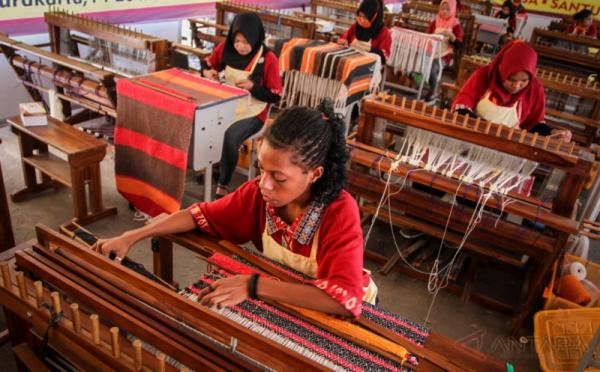 Peserta mengikuti lomba membuat tenun bidang kriya tekstil pada Lomba Kompetensi Siswa (LKS) SMK ke-25 di Stadion Manahan, Solo, Jawa Tengah, Kamis (18/5/2017). Kompetisi yang meliputi 56 bidang lomba kejuruan yang diikuti siswa dari 34 provinsi di Indonesia tersebut menjadi salah satu indikator untuk mengukur kualitas siswa sekolah menengah kejuruan (SMK).