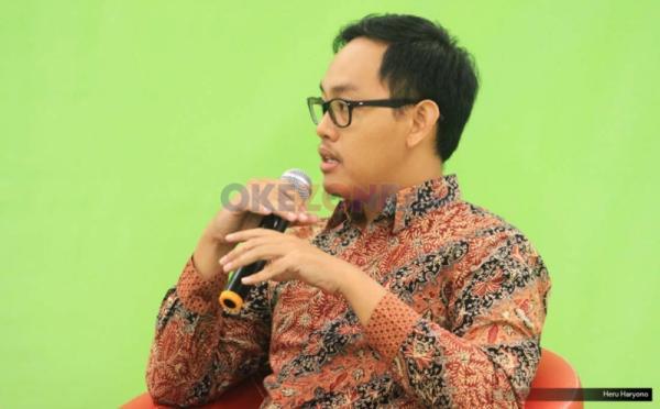 """Peneliti Indef Bimha Yudhistira dalam Redbons Discussion di Redaksi Okezone.com. Gedung iNews TV, Jakarta, Kamis (18/5/2017). Diskusi mengangkat tema """"Harga Melejit, Rakyat Menjerit""""."""