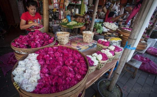 Pedagang bunga tabur menjajakan dagangan di Pasar Kranggan, Yogyakarta, Kamis (18/5/2017). Pedagang mengaku jelang bulan puasa, harga bunga tabur yang biasa digunakan untuk ziarah itu naik hingga 50 persen dari Rp. 20.000 per keranjang pada hari biasa menjadi Rp. 30.000 per keranjang.