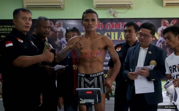 Petinju asal Indonesia Tibo Monabesa saat timbang berat badan di GOR Cendrawasih, Cengkareng, Jakarta Barat, Jumat (19/5/2017). Kedua petinju akan melakukan laga dalam Kejuaraan WBC Internasional yang akan dilaksanakan pada 20 Mei 2017 dalam 12 ronde.