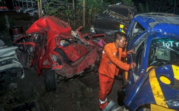 Petugas memeriksa kendaraan yang hancur akibat kecelakan beruntun di Tol Cipularang KM 91 arah Bandung, di Pos Pengamanan Polisi Gerbang Tol Jatiluhur, Purwakarta, Jawa Barat, Jumat (19/5/2017). Sedikitnya empat orang tewas dan puluhan luka-luka dalam kecelakaan beruntun yang melibatkan 10 kendaraan. Pihak kepolisian telah menetapkan seorang tersangka yakni sopir kontainer karena dinilai lalai.
