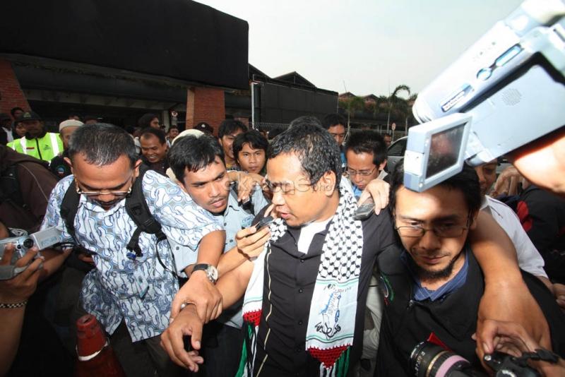 Anggota Komite Indonesia untuk Solidaritas Palestina (Kispa), yang juga jurnalis tv Al Jazeera, Hardjito Warno, tiba di Bandara Soekarno-Hatta, Cengkareng, Tangerang, Banten, Senin (7/6/2010).