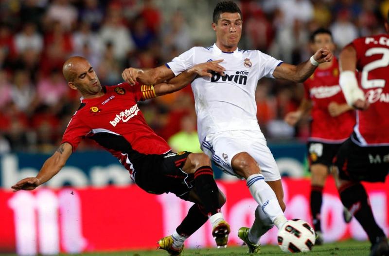 Cristiano Ronaldo saat berduel dengan Jose Carlos Nunes