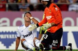 Cristiano Ronaldo setelah gagal memanfaatkan peluang untuk mencetak gol