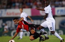Gonzalo Castro berduel dengan Lassana Diarra untuk mendapatkan bola