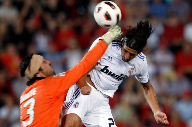 Penjaga gawang Mallorca Dudu Aouate saat mengamankan bola