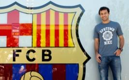 Gelandang Argentina Javier Mascherano berpose di depan kantor FC Barcelona.