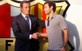 Presiden Barcelona Sandro Rosell berjabat tangan dengan Javier Mascherano setelah penandatanganan kontrak.