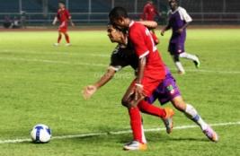 Boaz Solossa saat laga uji coba melawan tim divisi utama Persita Tangerang.