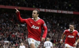 Dimitar Berbatov saat merayakan gol sekaligus membawa Manchester United unggul terhadap Liverpool dengan skor 3-2.
