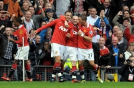 Dimitar Berbatov merayakan gol bersama Wayne Rooney dan Federico Macheda