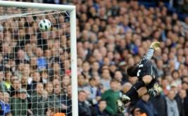 Tendangan bebas Alex tidak dapat dihalau oleh Penjaga gawang Arsenal Lukasz Fabianski