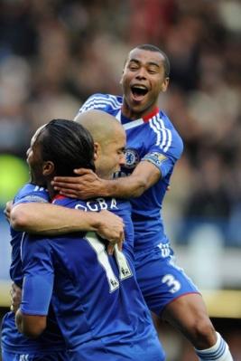 Didier Drogba (kiri), Alex dan Ashley Cole (kanan) merayakan gol