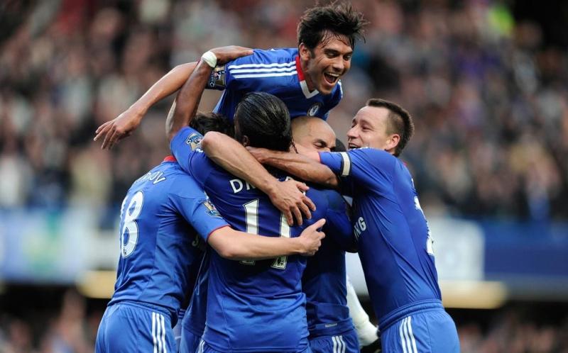 Alex merayakan gol bersama rekan satu team