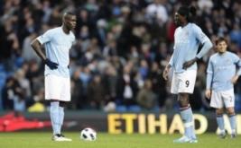 Mario Balotelli (kiri) dan Emmanuel Adebayor saat kickoff laga Arsenal vs Manchester City