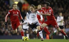 Luka Modric berebut bola dengan dua pemain Liverpool Jamie carragher (kanan) dan Lucas Leiva
