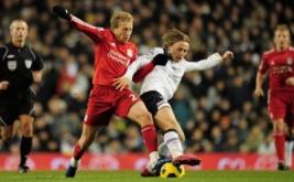 Luka Modric berebut bola dengan Lucas Leiva