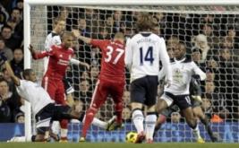 Martin Skrtel menendang bola kearah gawang Tottenham Hotspur yang dikawal oleh Heurelho Gomes