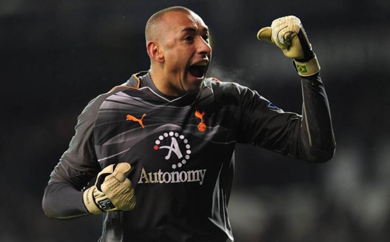 Heurelho Gomes meluapkan kegembiraan setelah Lennon mencetak gol kemenangan bagi Tottenham Hotspur.