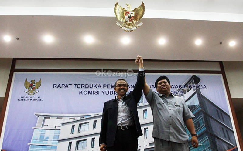 Eman Suparman (kiri) terpilih sebagai ketua Komisi Yudisial dan Imam Anshori Saleh (kanan) terpilih sebgai Wakil Ketua Komisi Yudisial usai dipilih secara Voting dalam rapat terbuka pemilihan ketua dan wakli ketua Komisi Yudisial di gedung Komisi Yudisial, Jakarta Pusat.