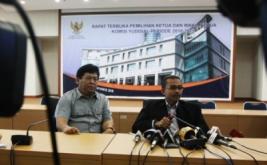 Ketua Komisi Yudisial (KY) terpilih, Eman Suparman (kanan) dan Wakil Ketua KY terpilih, Imam Anshori Saleh (kiri) memberikan keterangan kepada wartawan usai pemilihan.