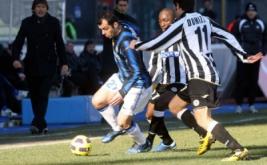 Goran Pandev melewati dua pemain Udinese